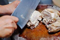 Taglio della carne di pollo Fotografie Stock