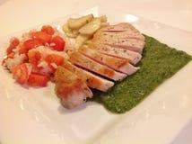 Taglio della cotoletta della carne di maiale di Chimichurri con riso & i pomodori Immagini Stock