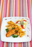 Taglio della cotoletta del De Volaille con le patate fritte fotografie stock libere da diritti