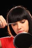 Taglio della donna i suoi capelli Immagine Stock