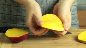 Taglio della frutta del mango per la ricetta del dolce del cr?pe di oreo archivi video