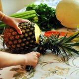 Taglio della frutta fresca Fotografie Stock