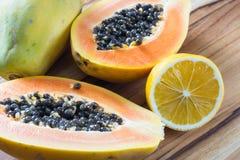 Taglio della papaia a metà servito con il limone Immagini Stock Libere da Diritti