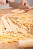 Taglio della pasta casalinga cruda dell'uovo Fotografia Stock