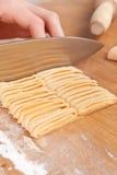 Taglio della pasta casalinga cruda dell'uovo Immagine Stock