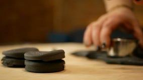 Taglio della pasta nera nei cerchi Khinkali del nero della carne della preparazione con il montone archivi video