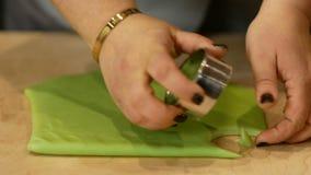 Taglio della pasta verde nei cerchi Khinkali di verde della preparazione con il salmone, gli spinaci, il formaggio e la crema video d archivio