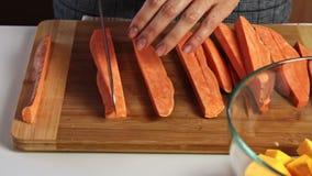 Taglio della patata dolce per un guacamole con la ricetta dei vegies video d archivio