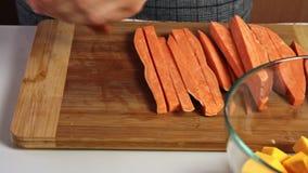 Taglio della patata dolce per un guacamole con la ricetta dei vegies stock footage