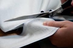 Taglio della persona con le forbici Fotografia Stock