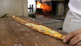 Taglio della pita turca vicino al forno archivi video