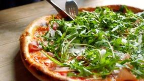 Taglio della pizza deliziosa video d archivio