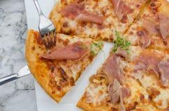 Taglio della pizza deliziosa Immagine Stock