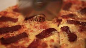 Taglio della pizza italiana con i funghi, salame e archivi video