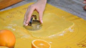 Taglio delle forme del biscotto in pasta rotolata con la taglierina stock footage