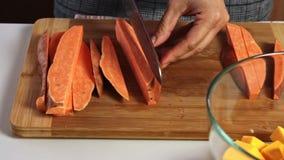 Taglio delle verdure per un guacamole con la ricetta dei vegies stock footage
