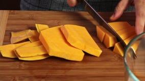 Taglio delle verdure per un guacamole con la ricetta dei vegies video d archivio