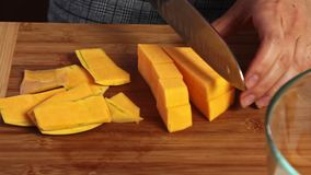 Taglio delle verdure per un guacamole con la ricetta dei vegies archivi video