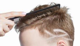 Taglio di capelli creativo del ` s degli uomini nel salone di bellezza Cura di capelli e designazione dei capelli immagine stock
