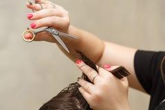 Taglio di capelli del ` s degli uomini fotografie stock libere da diritti
