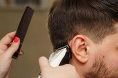 Taglio di capelli del ` s degli uomini fotografia stock