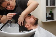 Taglio di capelli del ` s degli uomini fotografie stock