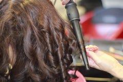 Taglio di capelli e capelli di designazione nel negozio di barbiere Fotografie Stock Libere da Diritti