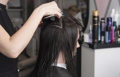 Taglio di capelli femminile in un ` s del parrucchiere fotografia stock libera da diritti