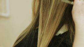 Taglio di capelli in un parrucchiere Primo piano video d archivio