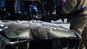 Taglio di Firefighers con una taglierina idraulica di salvataggio ad una liberazione stock footage