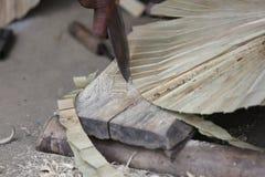 Taglio di foglia di palma della foglia tenuta in mano del fan Fotografie Stock Libere da Diritti