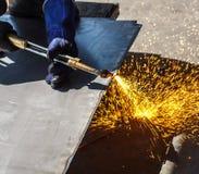 Taglio di gas d'acciaio del lavoro in ambienti caldi Immagini Stock
