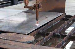Taglio di gas di CNC GPL su di piastra metallica Fotografie Stock
