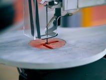 Taglio di macchina della lama a nastro fotografia stock libera da diritti