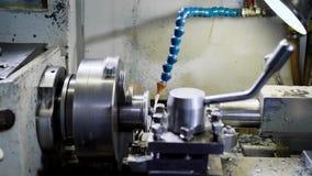 Taglio di tornio della macchina del tornio di CNC la parte della filettatura del metallo concetto lavorante di CNC di Ciao-precis video d archivio