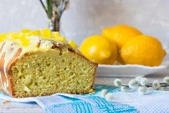 Taglio di un dolce del limone Fotografie Stock Libere da Diritti