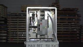 Taglio in Dolly dell'alta tensione dell'interruttore del circuito a vuoto Parte di sottostazione ad alta tensione con interruttor video d archivio