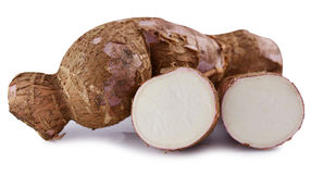Taglio e manioca intera (manioca) isolati su fondo bianco Fotografia Stock