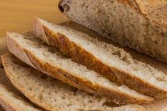 Taglio fatto a mano zumato naturale del pane negli scorrevoli Immagini Stock Libere da Diritti