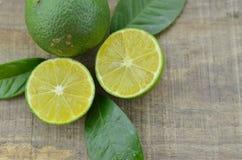 Taglio fresco dei limoni mezzo su fondo di legno Immagini Stock Libere da Diritti