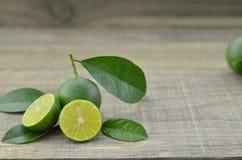 Taglio fresco dei limoni mezzo sulla tavola di legno Immagini Stock Libere da Diritti