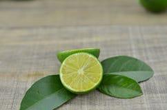 Taglio fresco dei limoni mezzo sulla tavola di legno Immagini Stock