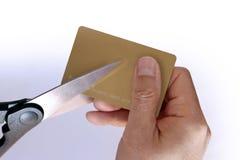 Taglio manuale una carta di credito in banca con le forbici Immagine Stock