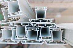 Taglio reale del profilo del PVC della plastica per la fabbricazione delle finestre fotografie stock libere da diritti