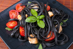 Μαύρα ζυμαρικά tagliolini Στοκ Εικόνες