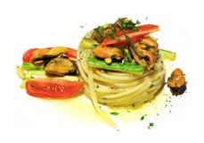 Tagliolini med musslor royaltyfri fotografi