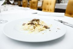 Taglolinideegwaren met truffels stock foto's