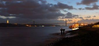 Tago del fiume il Ponte 25 de Abril ed il monumento di Cristo Rei Lisbon Portugal Fotografia Stock