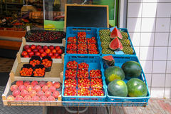 Étagère avec des fruits frais de stock de greengrocery dans Zandvoort, Photo stock