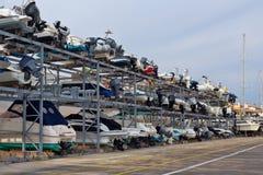 Étagères avec des bateaux dans le port Image stock